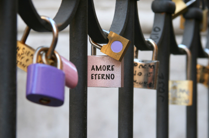 Amore Eterno written on a lock attached to a fence.